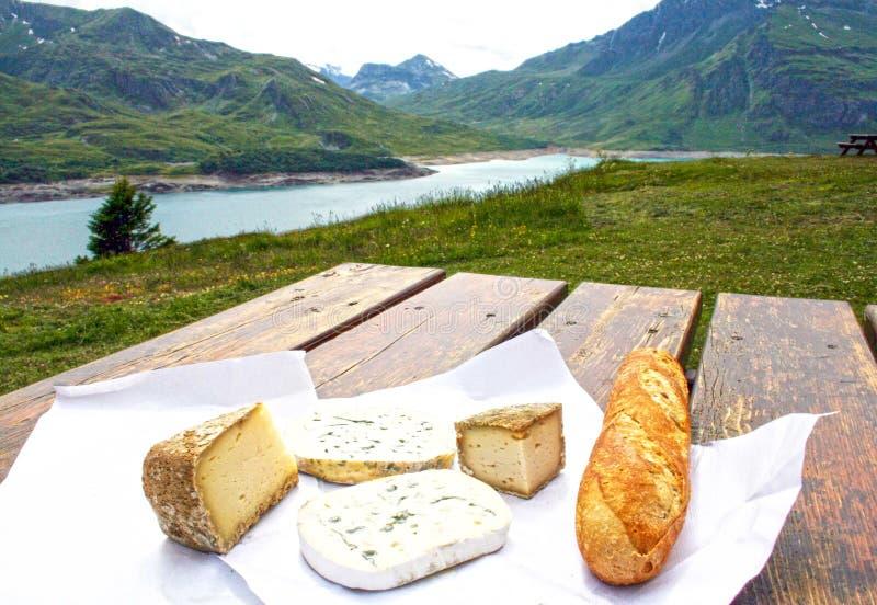 乳酪和面包、山和湖 免版税库存照片