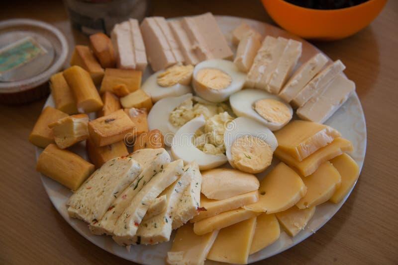 乳酪和鸡蛋在富有的vegeterian家庭桌上 库存照片