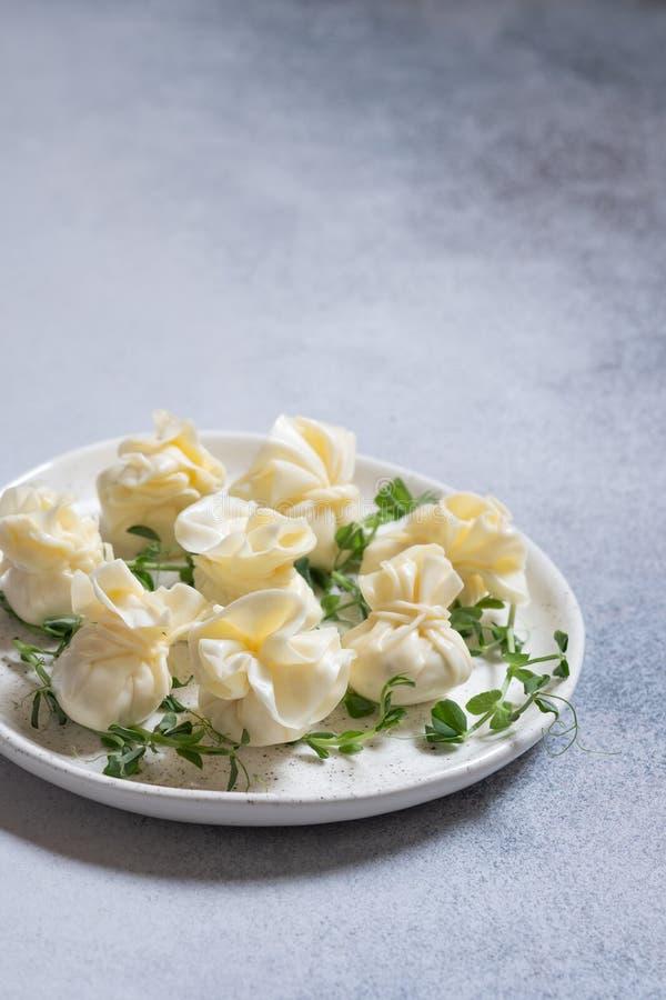 乳酪套充塞用乳脂干酪、大蒜和草本 免版税库存图片