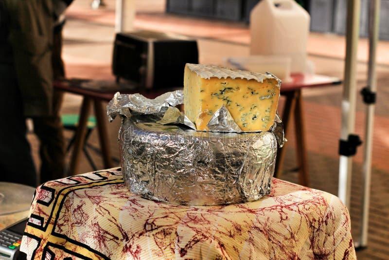 乳酪待售在地方生态市场上在埃尔切 免版税库存图片
