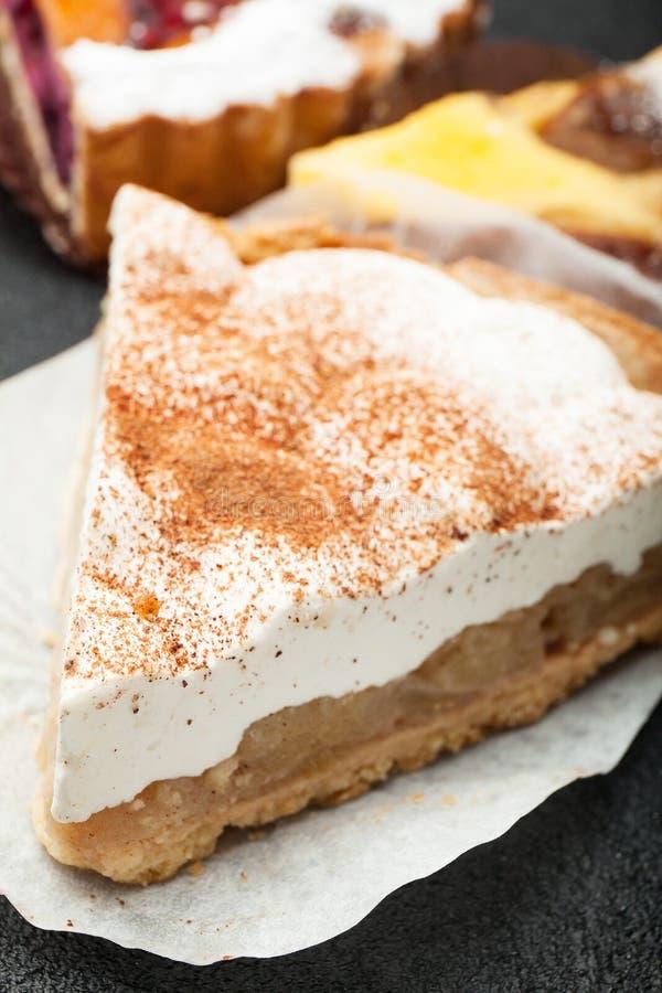 乳酪或酸性稀奶油饼用苹果,特写镜头 库存图片