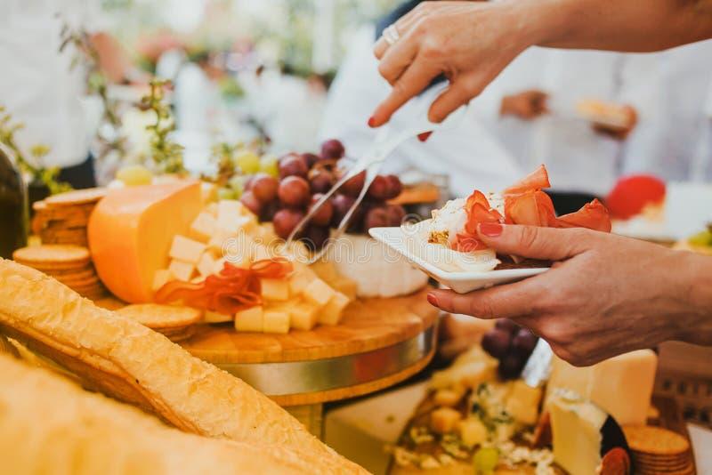 乳酪板和葡萄、蒜味咸腊肠和薄脆饼干 库存照片