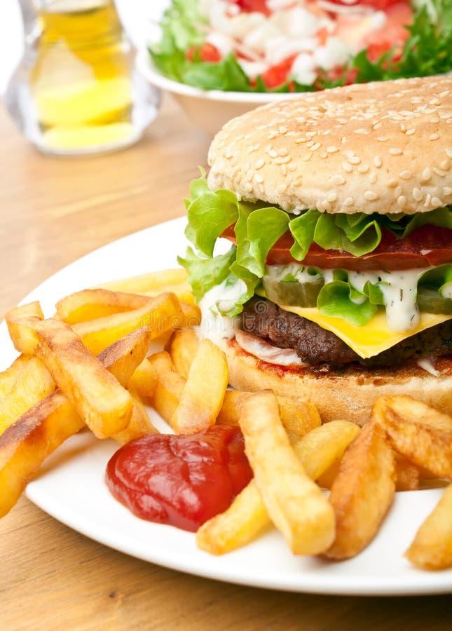 乳酪汉堡用炸薯条 免版税图库摄影