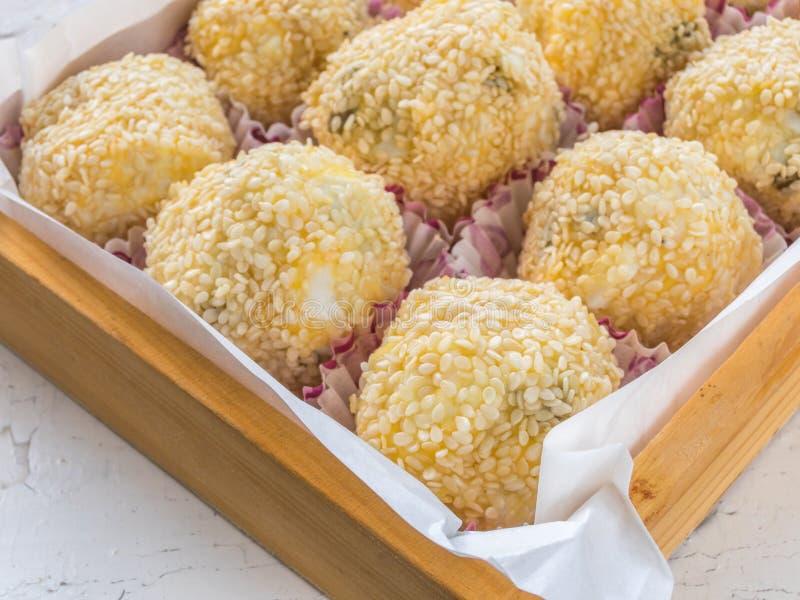 乳酪球用乳酪、鸡蛋、大蒜、橄榄和芝麻籽 图库摄影