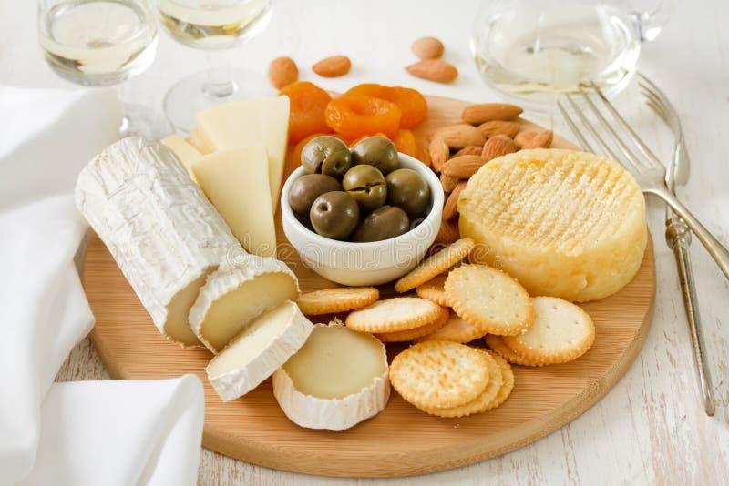乳酪用橄榄,干果子,曲奇饼 免版税库存图片