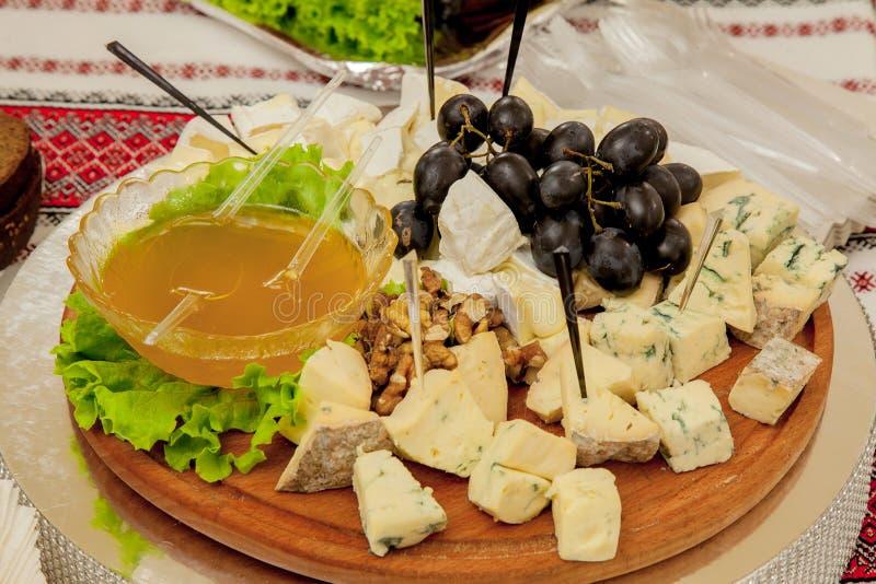 乳酪盘子以开胃菜品种在桌上的 库存照片