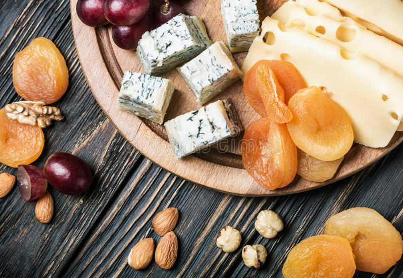 乳酪盘子用果子和螺母 免版税库存图片