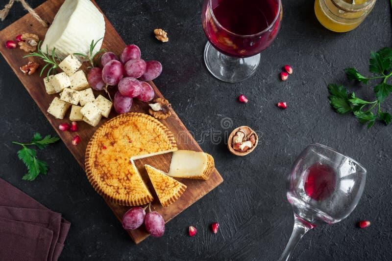 乳酪盛肉盘和酒 免版税库存图片