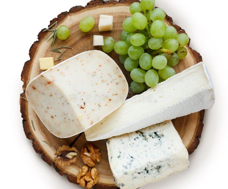乳酪盛肉盘用在白色背景隔绝的果子 免版税库存图片