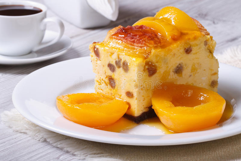 乳酪砂锅用葡萄干和桃子 免版税库存图片