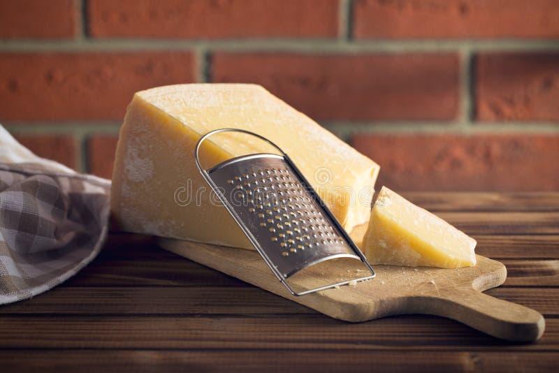 乳酪磨丝器和巴马干酪 库存照片