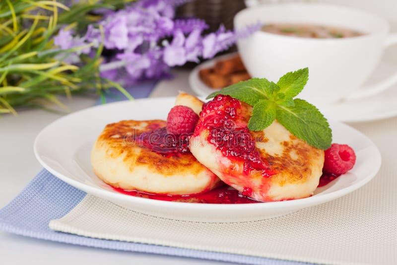 乳酪薄煎饼用山莓果酱和薄菏 免版税库存照片