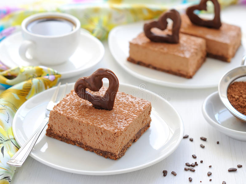 乳酪蛋糕巧克力片牌照白色 免版税库存图片