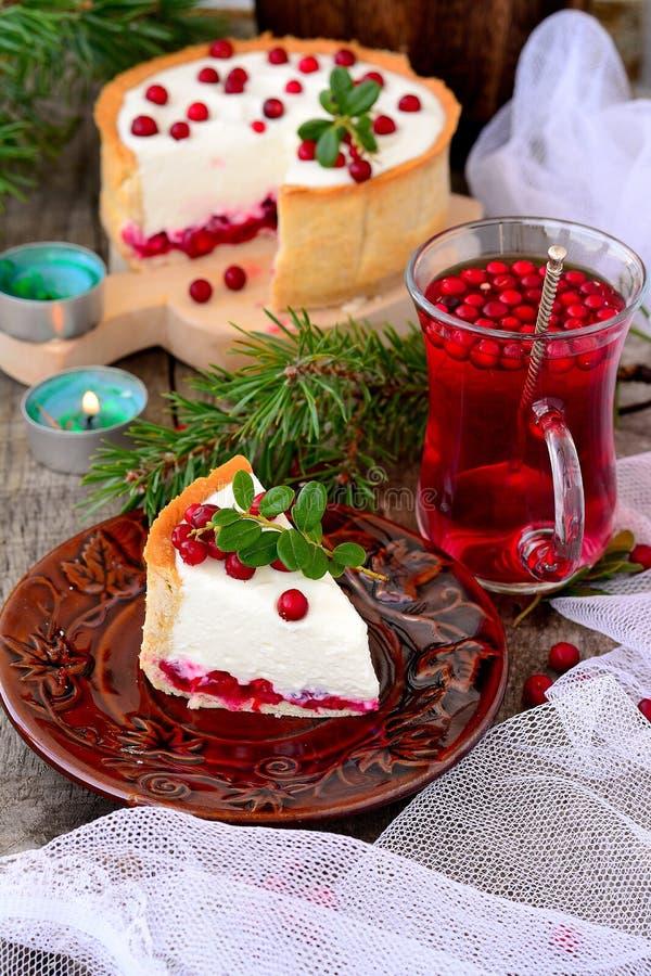 乳酪蛋糕用在一张木桌上的蔓越桔 库存图片