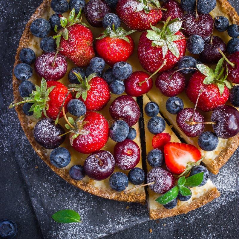 乳酪蛋糕用新鲜的夏天莓果 库存图片