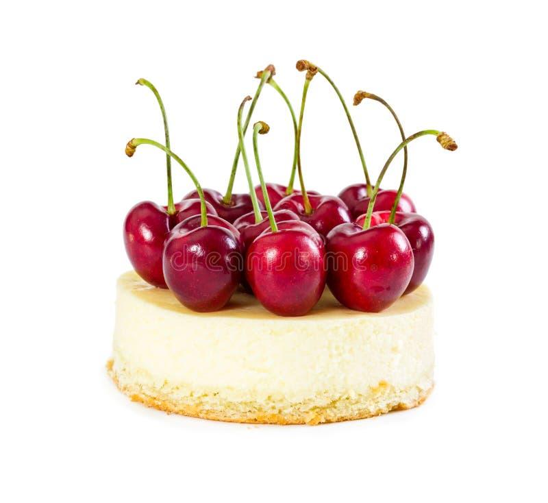 乳酪蛋糕用新鲜的甜樱桃 免版税库存照片