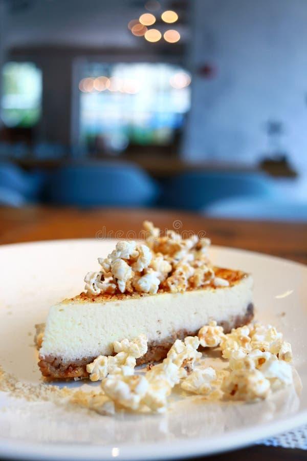 乳酪蛋糕用焦糖和玉米花 库存图片