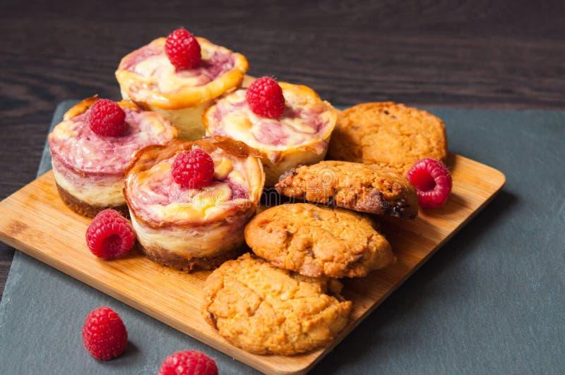 乳酪蛋糕用莓和曲奇饼用巧克力 免版税库存图片