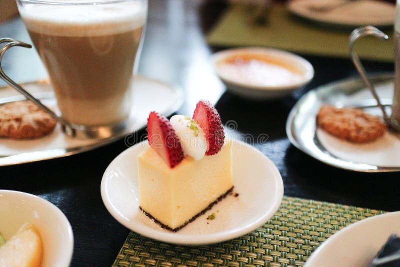 乳酪蛋糕自助餐用咖啡和曲奇饼 库存照片
