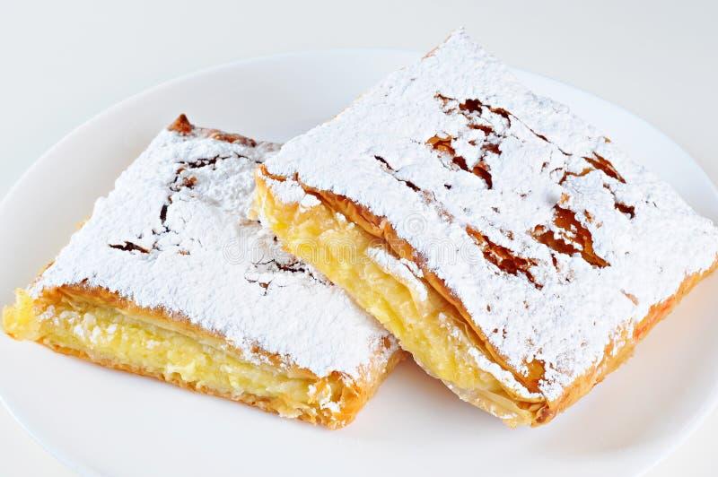 乳酪饼,白色背景两个片断在板材的 免版税库存照片