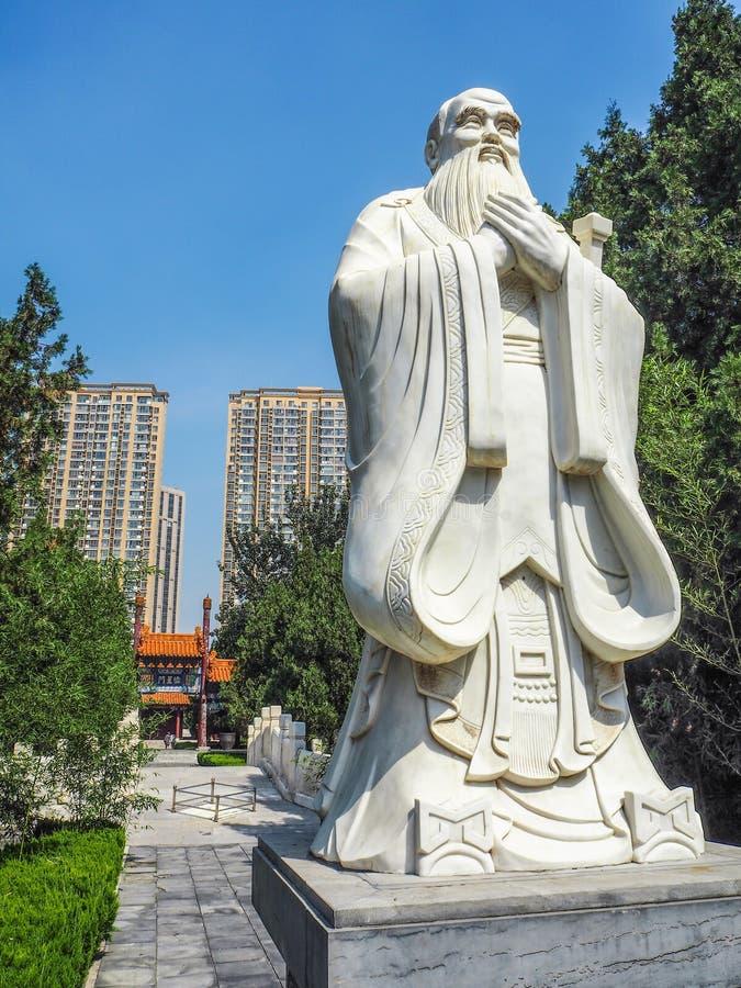 了不起的哲学家孔子的大雕象 库存图片