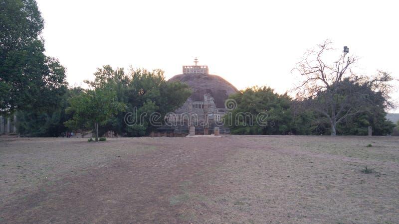了不起的桑吉Stupa,在日落期间的古老佛教大厦 库存照片