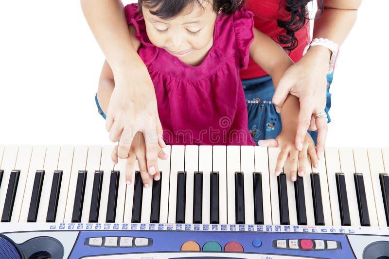 了解如何弹钢琴 免版税库存照片