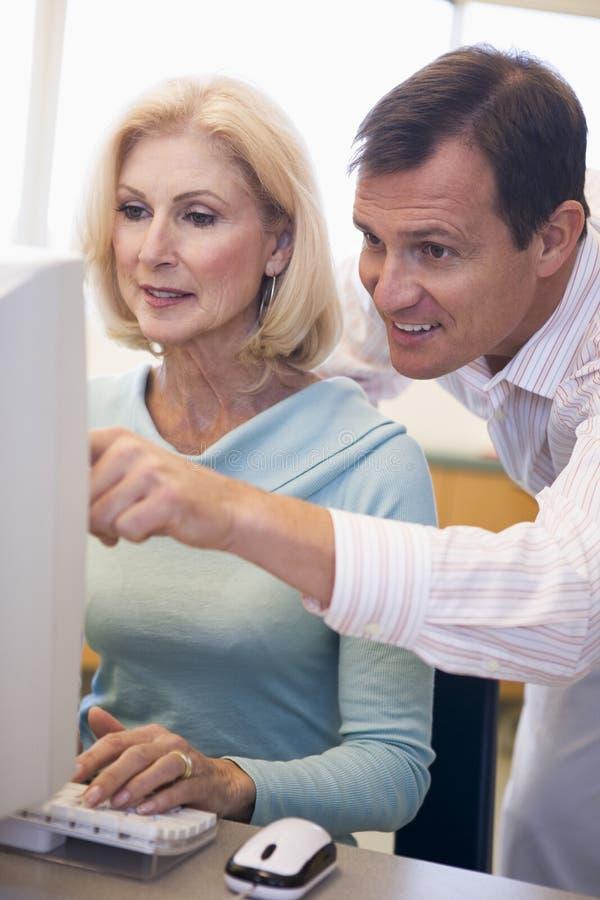 了解成熟技能学员的计算机女性 库存照片
