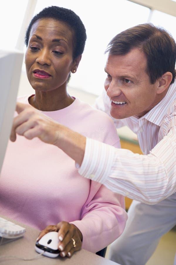 了解成熟技能学员的计算机女性 免版税库存照片