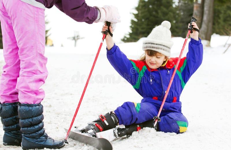 了解滑雪的女孩对年轻人 免版税库存图片