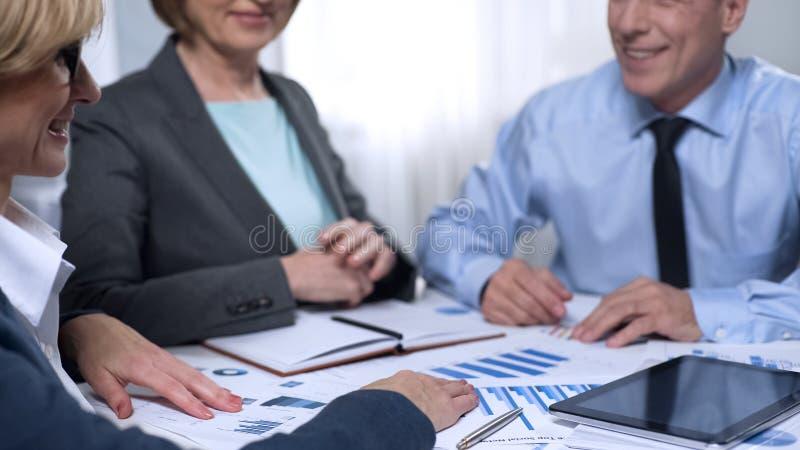 了解竞选办公室工作者,握手,成交的候选人 库存图片