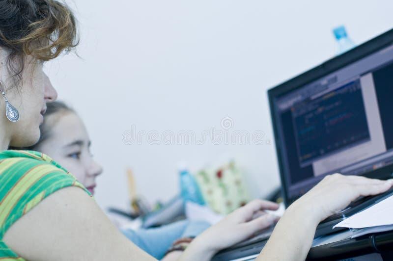 了解计算机的青少年的女孩 免版税库存照片