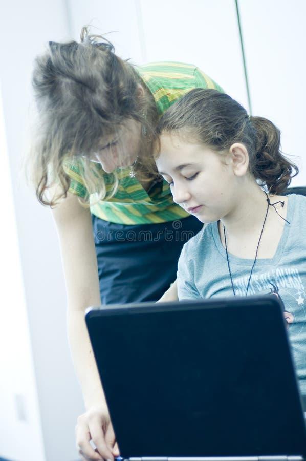 了解计算机的青少年的女孩 免版税库存图片