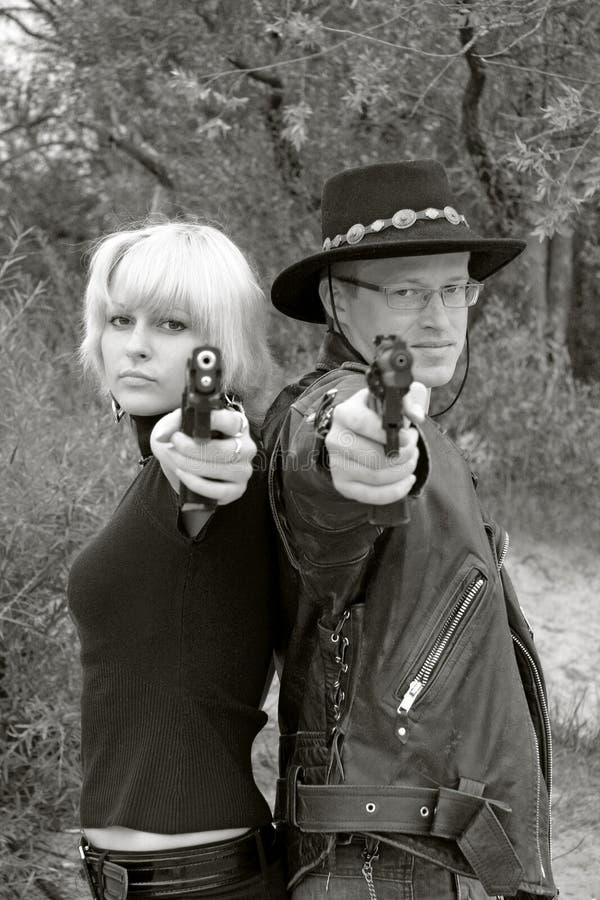 争取手枪人对妇女 库存图片