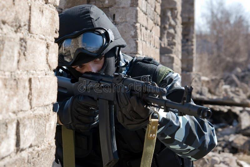 争取自动步枪战士目标 免版税库存照片