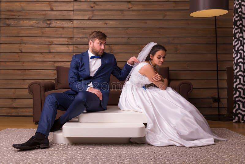 争吵家庭夫妇坐桌 免版税库存照片
