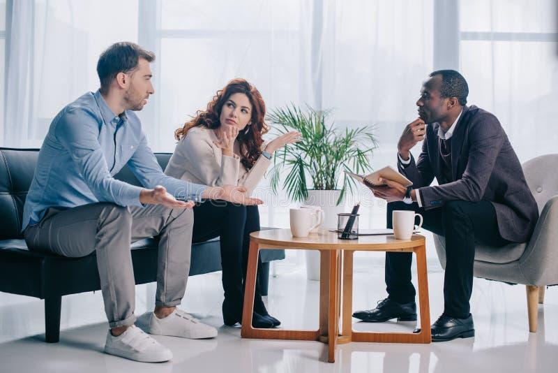 争吵的夫妇谈话与非裔美国人的精神病医生 免版税图库摄影