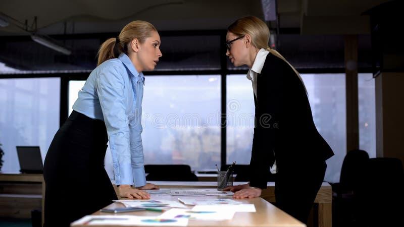 争执与上司、称论据和妥协的不愉快的雇员 免版税库存照片