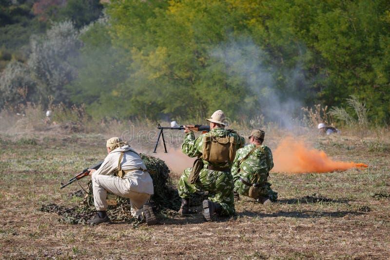 争斗的重建在圣战者和使用烟幕的苏联战士之间的 图库摄影