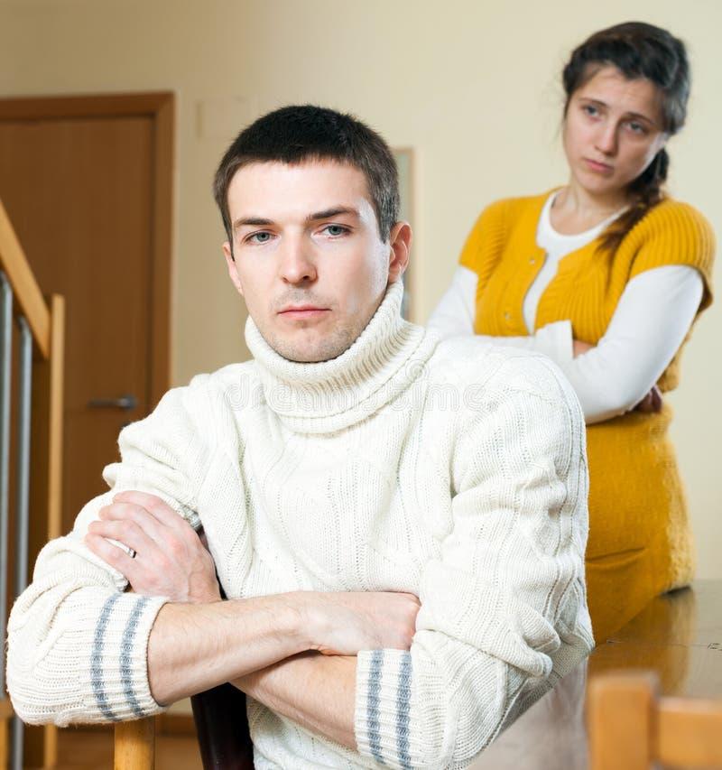 争论冲突有家室的人孕妇 听妇女的哀伤的普通的人 库存照片