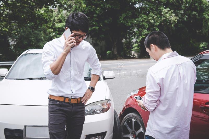 争论在汽车交通事故碰撞以后和打电话对保险代理公司,交通事故的两个司机人和 图库摄影