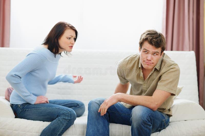 争论夫妇年轻人 免版税库存图片