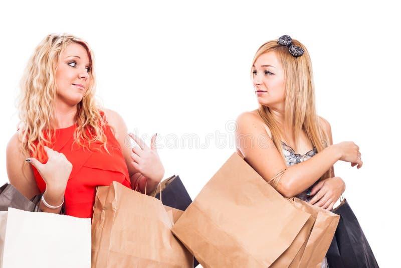 争论嫉妒的女孩购物和 免版税图库摄影