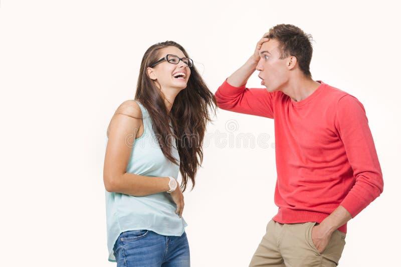 争论恼怒的夫妇互相尖叫 在空白背景射击的工作室 在关系的龃龉 分歧 库存图片