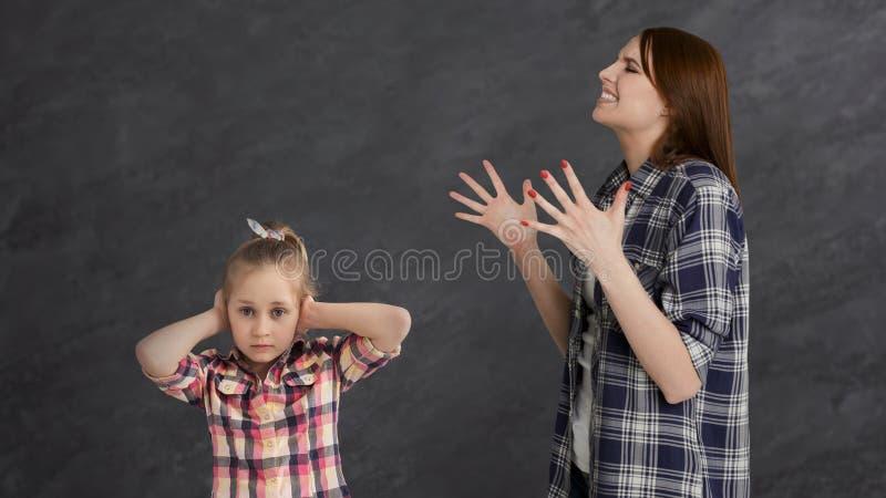 争论愤怒的母亲她的小女孩孩子 免版税库存图片