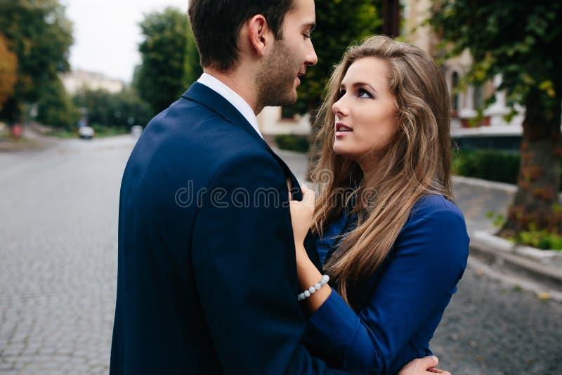争论表达式手指他的指向严厉的妇女的人 库存图片