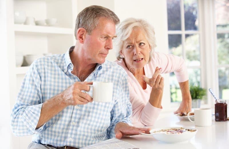 争论退休的早餐夫妇 图库摄影