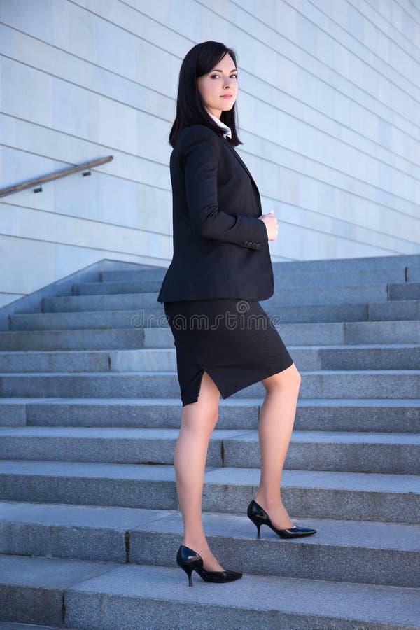 事业概念-站立在台阶的美丽的女商人 库存照片