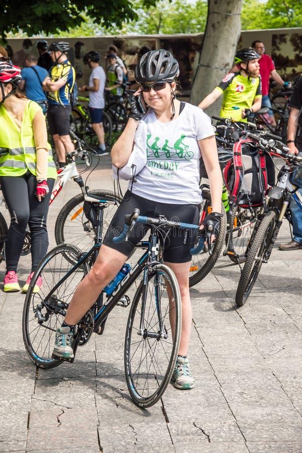 事件自行车天 自行车骑士、成人和孩子,他们的画象 图库摄影