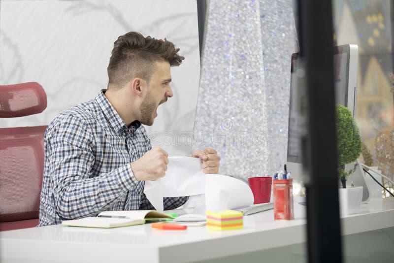 事务、人们、重音、情感和失败概念-恼怒的商人投掷的纸在办公室 免版税库存照片